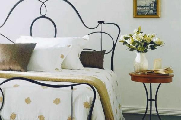 Könnyed fekete kovácsoltvas ágy ötlet