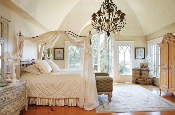Díszes baldachinos ágy egy romantikus hálószobában