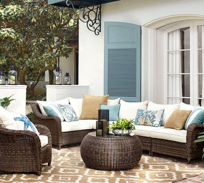 Fonott kerti bútor színes párnákkal kék zsalugáter