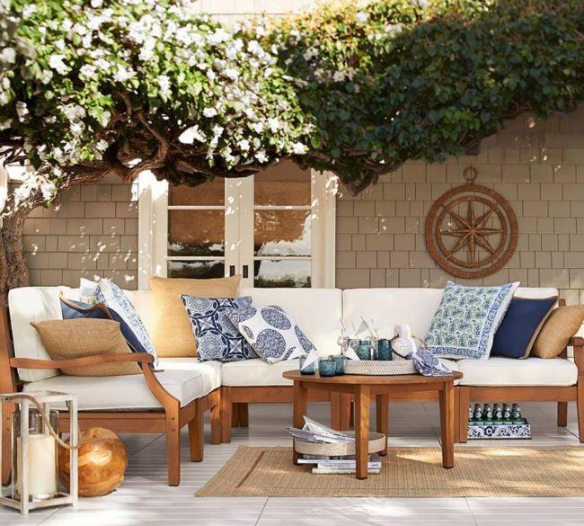Fe kerti ülőgarnitúra fehér és színes kék párnákkal