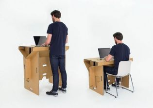 Sokat kibír a kartonpapírból készült hordozható íróasztal