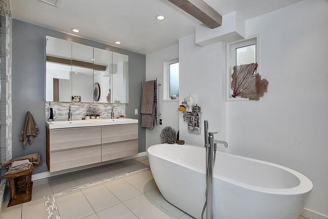 Világos és modern fürdőszoba ovális fürdőkáddal
