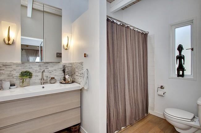 Barna zuhanyfüggöny és modern fürdőszoba szekrény