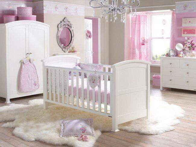 Rózsaszín babaszoba és fehér bútor parkettával műszőrrel