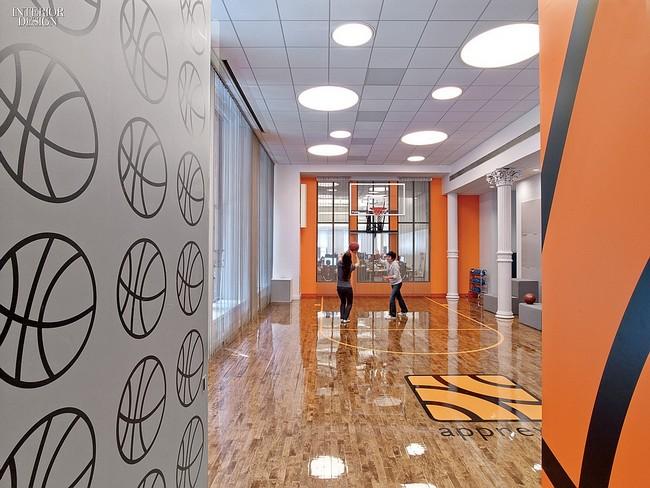 Kosárlabda pálya a loft stílusú irodában