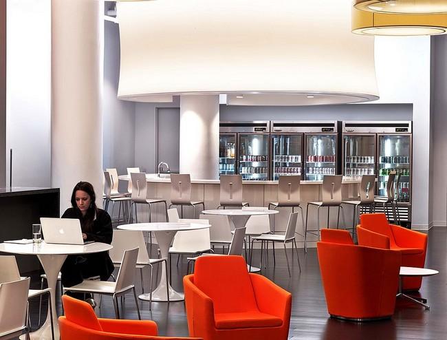 Étkező és bárpult egy modern irodában