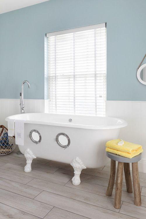 Trendi fürdőszoba lábas káddal és halóablakkal