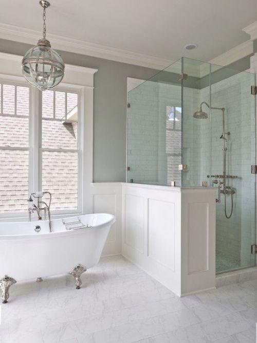 Modern fürdőszoba zuhannyal és lábas káddal