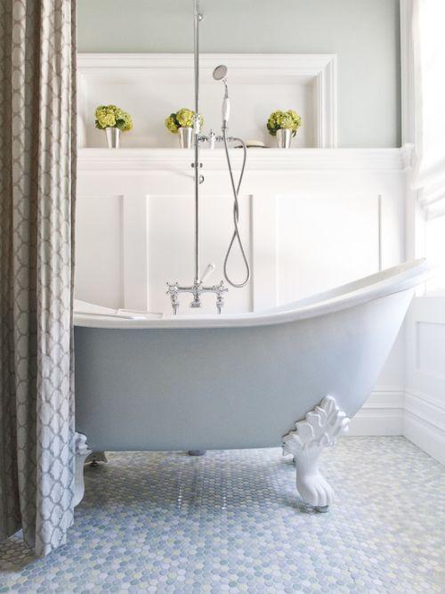 Régi lábas kád zuhanyfüggönnyel és mozaikburkolattal