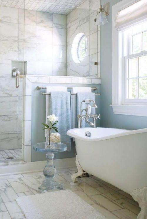 Világos fürdőszoba régi csapteleppel