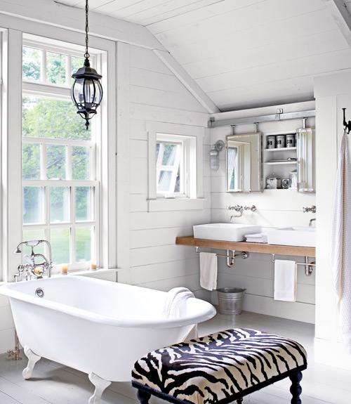 Vidéki stílusú fürdőszoba lábas káddal