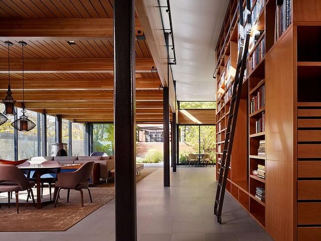 Modern világos nappali és konyha beépített fa bútorokkal