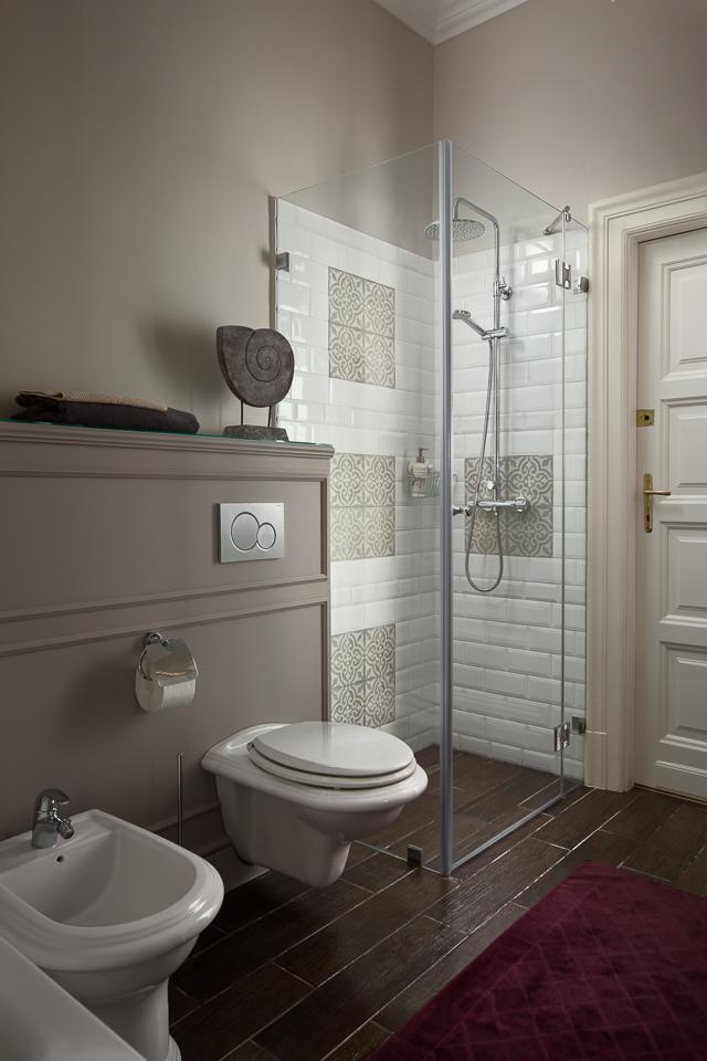 Cementlap mintával kombinált fehér metró csempe a zuhanykabinban