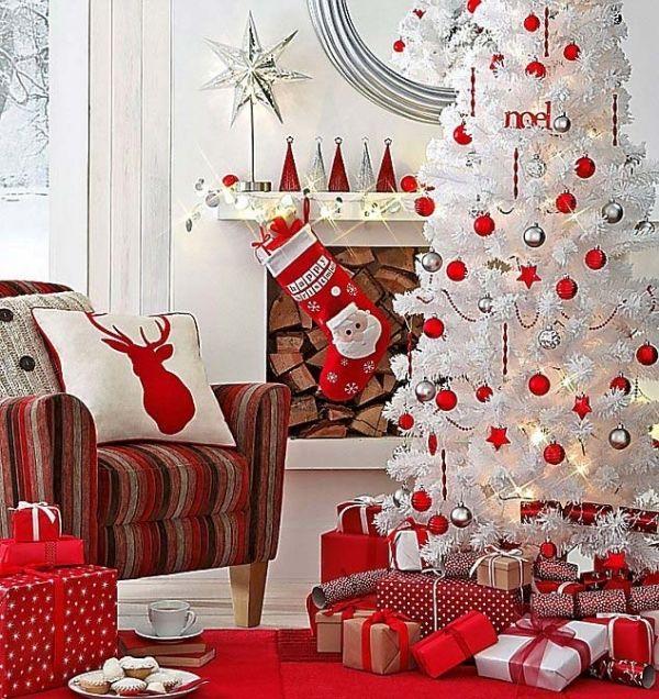 Fehér karácsonyfa fehér, ezüst és piros díszekkel