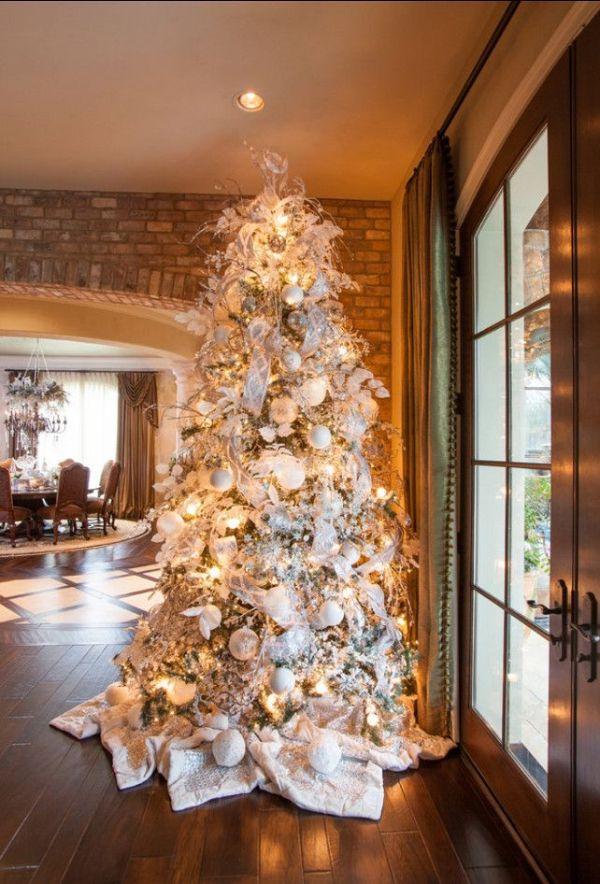 Karácsonyfa dísztítés fehérrel és ezüsttel