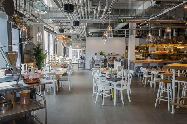Ipari stílusú étterem fehér székekkel