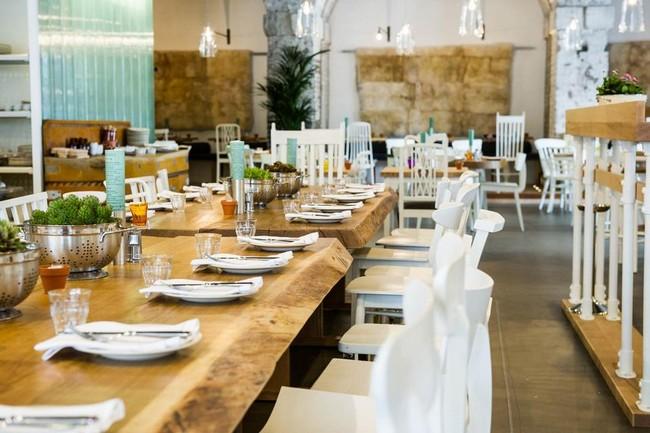 Megmunkálatlan nagy étkezőasztal étteremben
