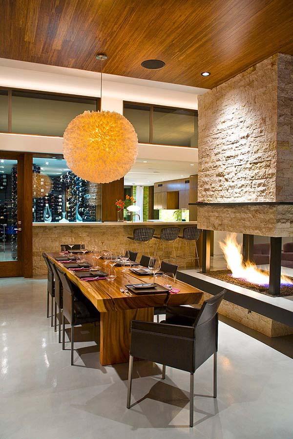 Tömörfa étkezőasztal a kandalló mellett