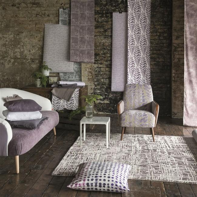 Szürkés, semleges színű szőnyeg polgári otthonba