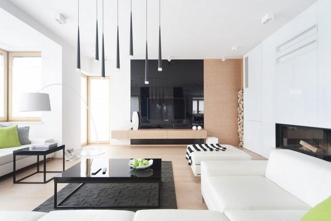 Lakberendezés fekete-fehér alapszínekkel és világos fa felületekkel
