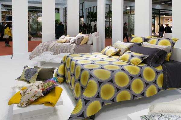 Színes ágytakarók, párnák