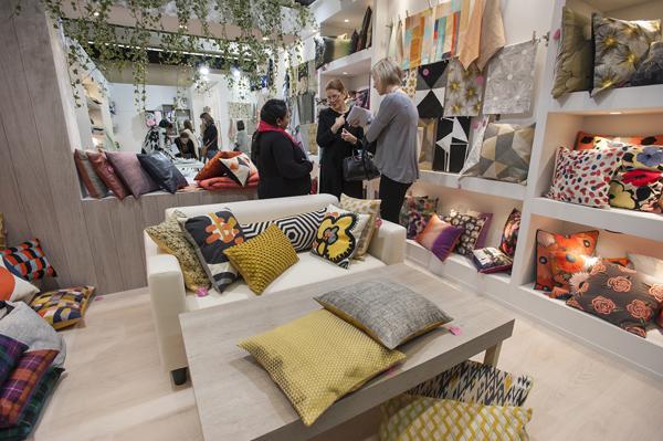 Egyszínű bútor színes és mintás párnákkal