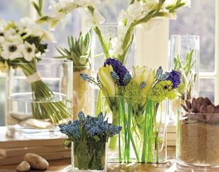 Tavaszias lakásdekoráció színes és illatos virágokkal