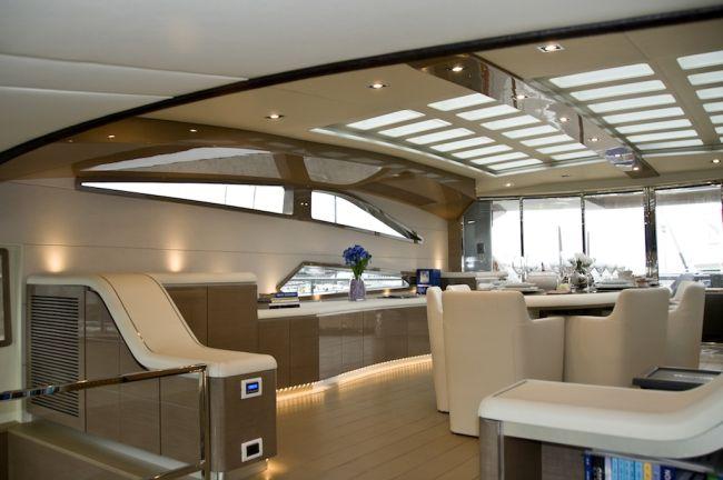 Luxus jacht étkezője fehér bőrszékekkel