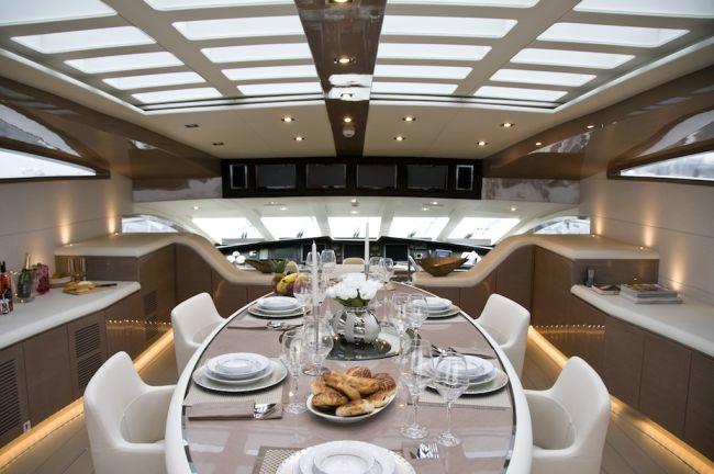 Ovális étkezőasztal a luxus jachton