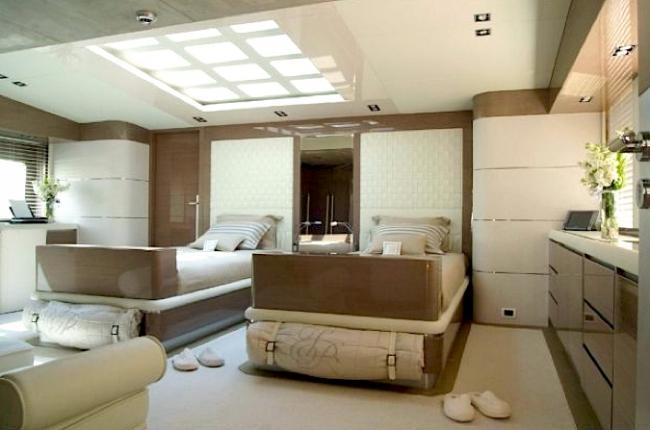 Luxus jacht hálószobája bézs és barna színben