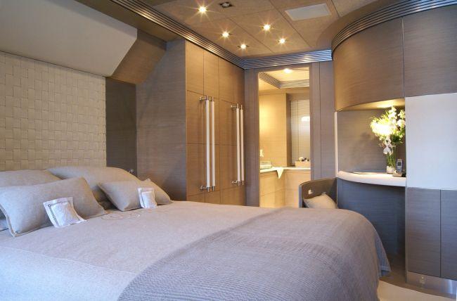 Jacht hálószobája beépített szekrényekkel
