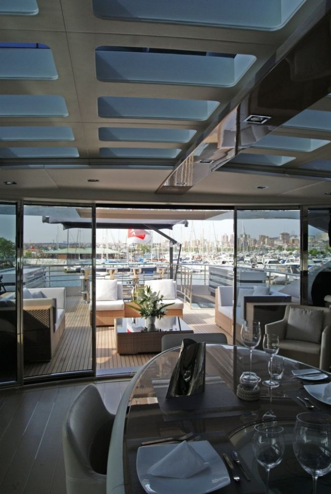 Luxus jacht fedélzete kültéri bútorokkal