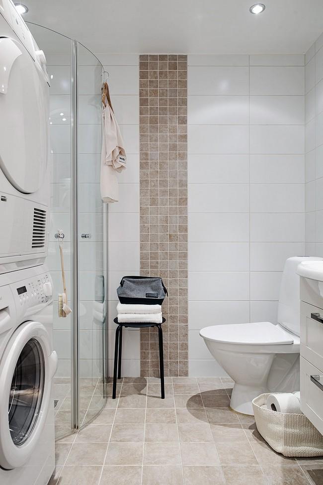 Egyszerű fehér csempézett fürdőszoba