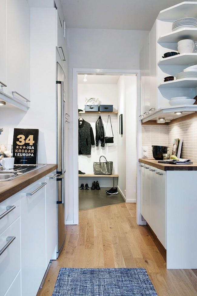 Előszobából nyíló konyha egy skandináv lakásban