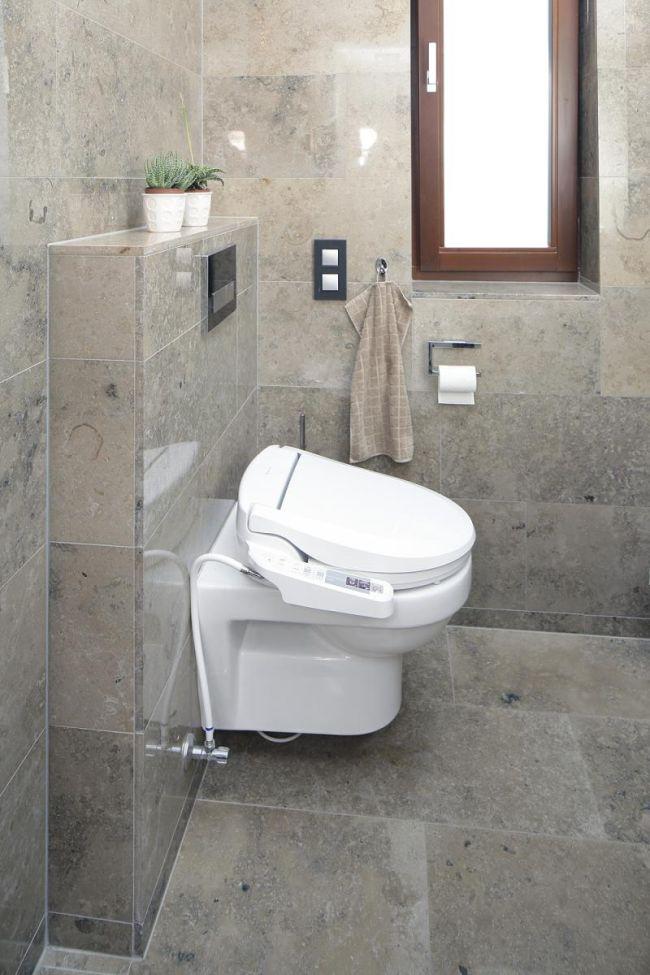 Igényes burkolás fürdőszobában és wc-ben mészkő lapokkal Budaörs