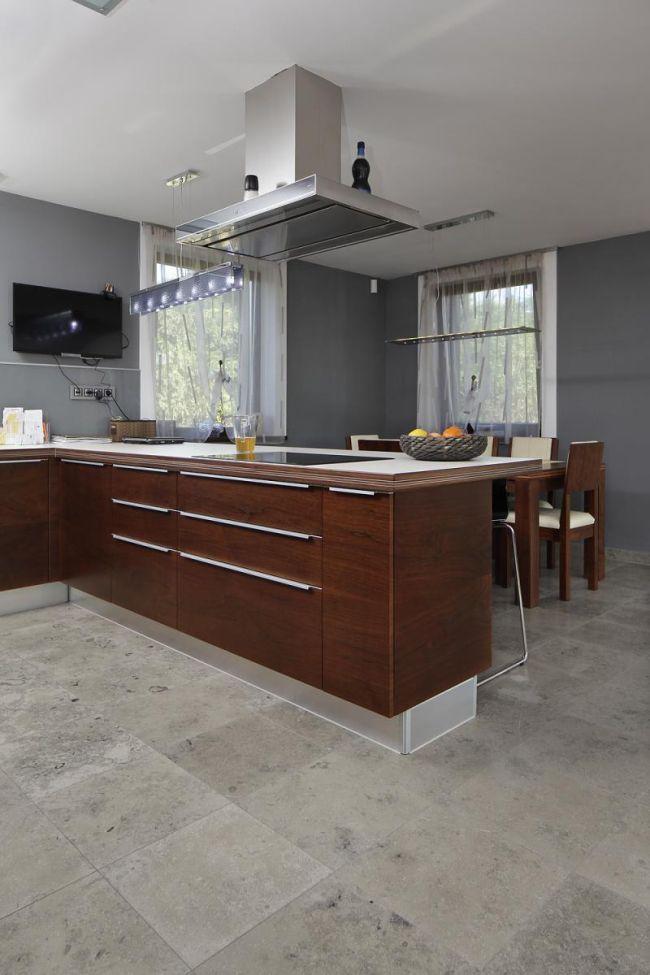 Barna konyhabútor szürkés mészkő padlóburkolattal