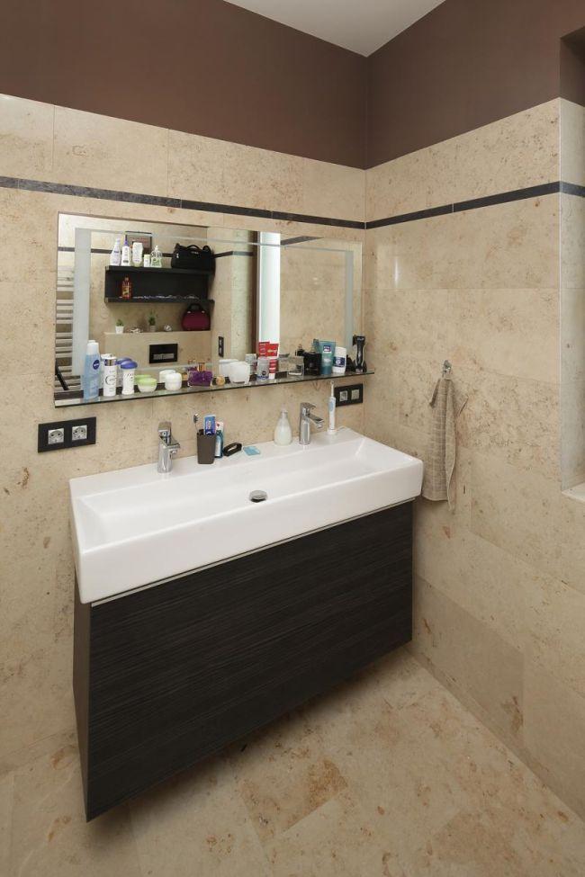 Modern fürdőszoba mészkő falburkolattal