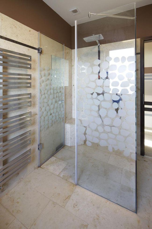 Zuhanyzó üvegajtó minta mészkő burkolat