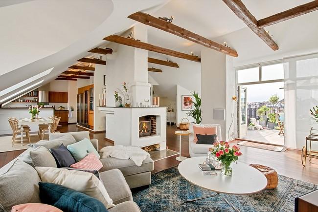 Tetőtéri lakás hívogató kandallóval és tágas tetőterasszal