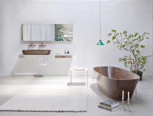 Osztrák designer diófa fürdőkádja és mosdói réz csaptelepekkel