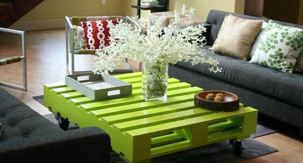 Festett görgős raklap asztal