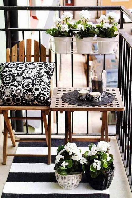 Erkély lakberendezés kis asztalkával