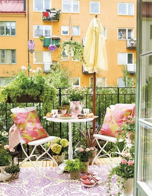 Fehér fém bútorok sok növény erkélyre