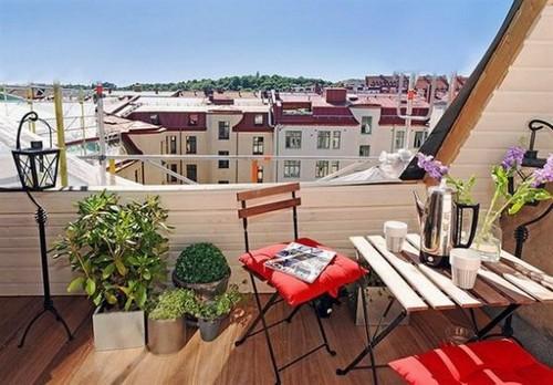 Összecsukható székek színes párnával erkélyre
