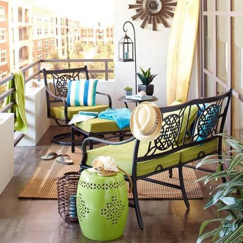 Kovácsoltvas bútorok erkélyen