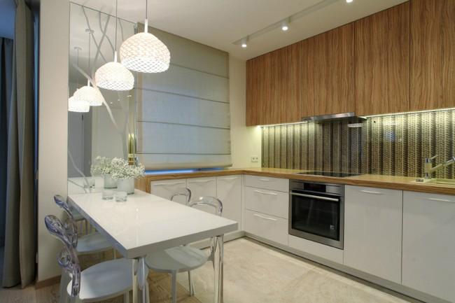 Modern fehér konyhabútor étkezővel