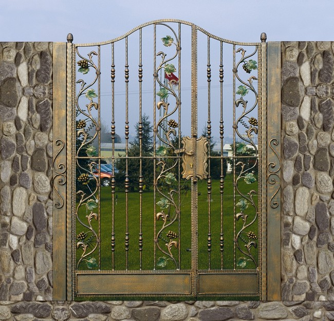 Kovácsoltvas kapu antikolt