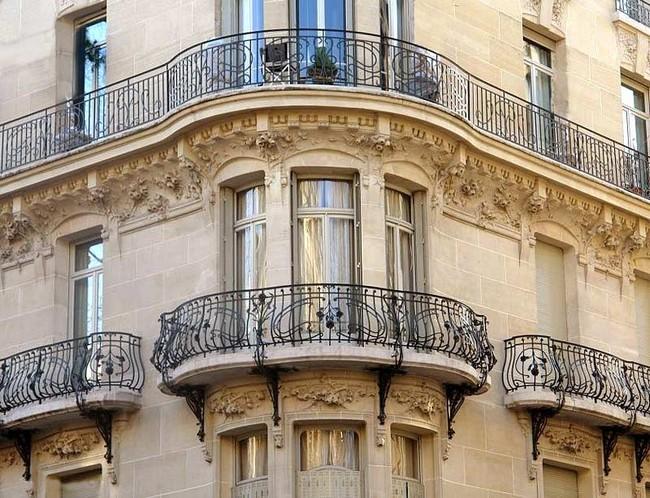 Kovácsoltvas korlát városi erkélyeken