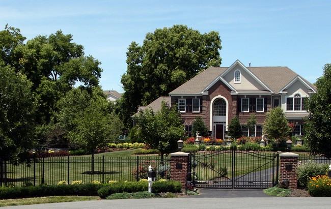 Kovácsoltvas kapu és kerítés vidéki ház