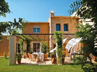 19. századi stílusban épült új ház mediterrán lakberendezéssel, csodás verandával